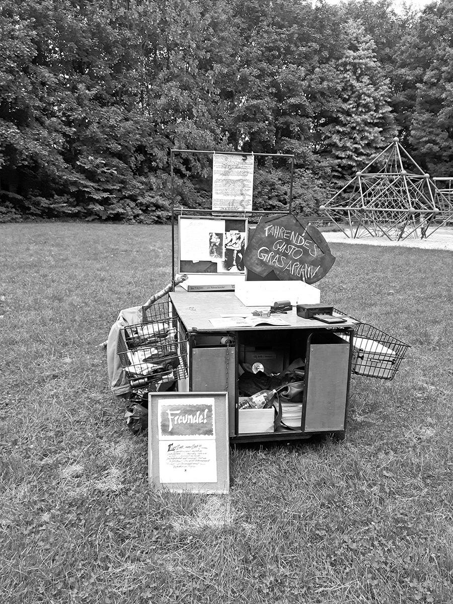 DER FAHRENDE RAUM | Fahrender Archiv- und Werkstattwagen unterwegs im Stadtteil Freimann, hier auf der Hummelwiese, Der Fahrende Raum 2018, Foto: Maximiliane Baumgartner -