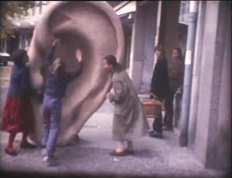 DER FAHRENDE RAUM | Filmstills aus DAS OHR, 1976, (S8, Ton,16'21''), PA-Pädagogische Aktion, München.  Beteiligte Kinder: Grisi Ganzer, Gisela Battenberg, Saskia Köhler, Björn Jensen. -